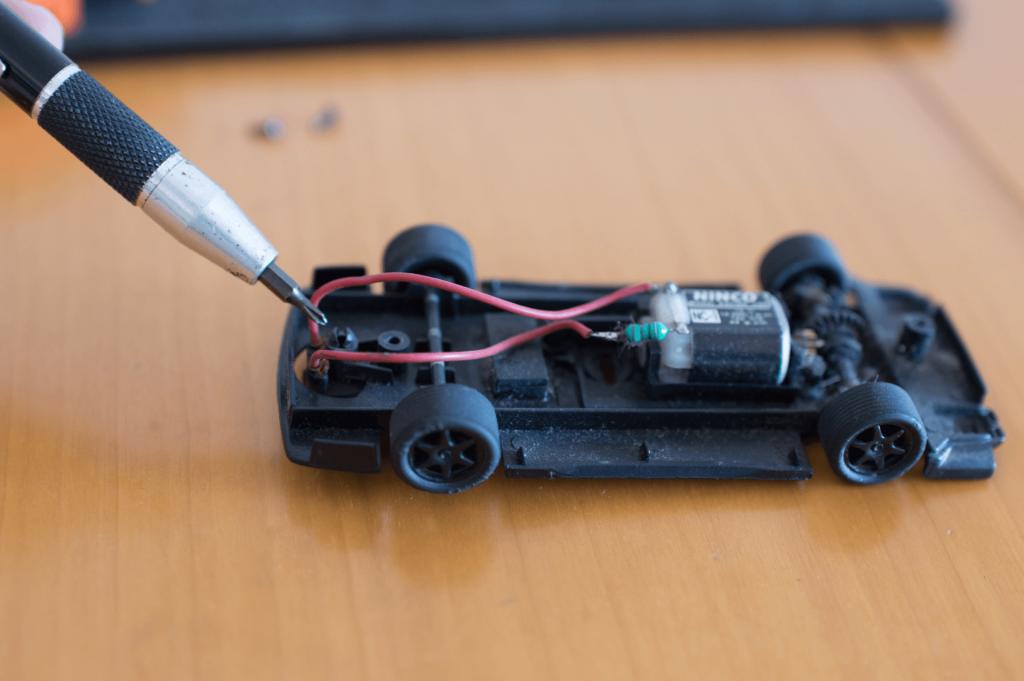 Quitar y cambiar las trencillas de coches de Scalextric